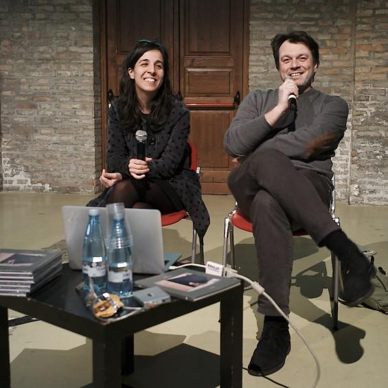 Michele Cera presentando su libro Dust en Fahrenheit 39